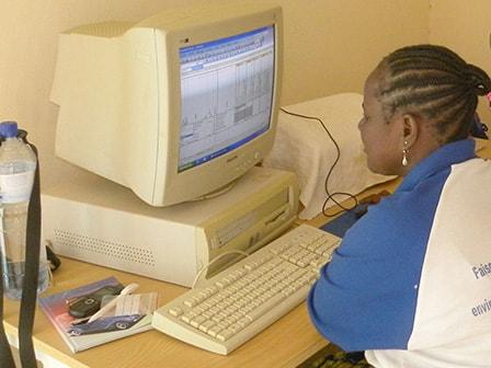 Hadjata ved computeren uden netforbindelse på samlingsstedet.