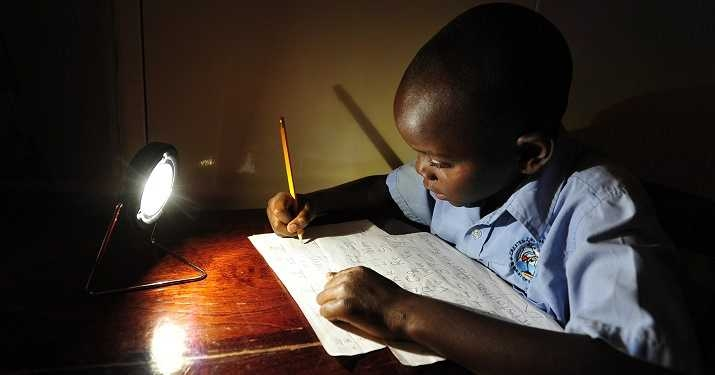 Lektielæsning ved solenergilampe ( foto:SolarAid_/ CCBY).
