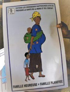 """Burkinsk plakat med budskab om familieplanlægning. """"Lad os undgå graviditeter tæt på hinanden for at bevare moders og barns sundhed"""". Teksten i bunden lyder: """"En lykkelig familie er en planlagt familie""""."""