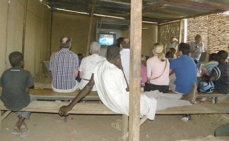 Danske turister ser finalekampem i EM i tv-biograf i Gorom-Gorom.