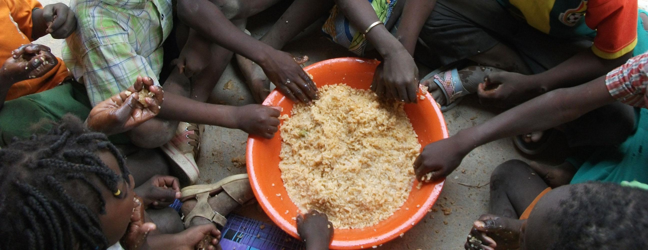børn i Gorom-Gorom spiser