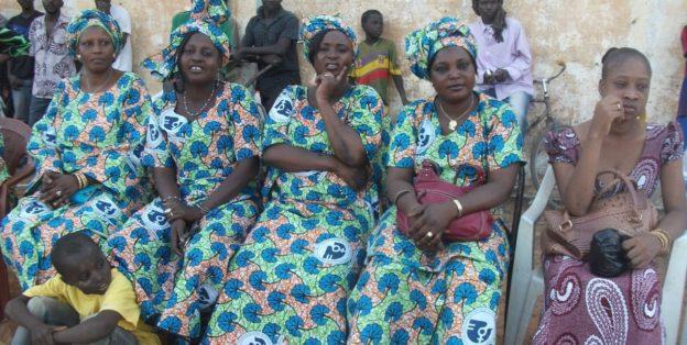 Kvinder til 8.marts iført kjoler af ens stof. Det er almindeligt at udgive et årets stof på 8.marts.