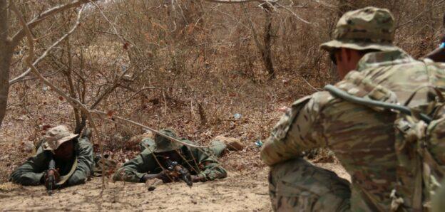 Amerikanske soldater forklarer hvordan man angriber et mål.